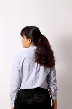 De Aziatische vrouw die zich voordeed op de witte achtergrond.