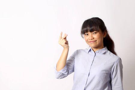 Die asiatische Frau, die auf dem weißen Hintergrund aufwirft. Standard-Bild