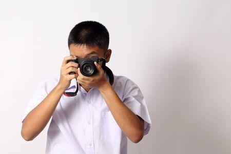 El joven estudiante tailandés sobre el fondo blanco.