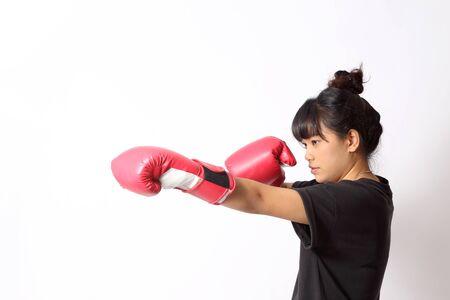 Die asiatische Frau trainiert auf dem weißen Hintergrund.