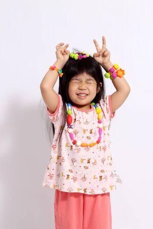 La joven asiática sobre el fondo blanco.