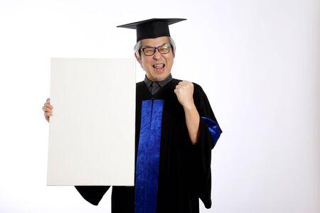 穿着毕业礼服的亚洲男人…