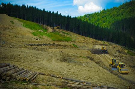 Ontbossing milieuprobleem, bos verwoest voor de bouw van resort Bukovel, Oekraïne