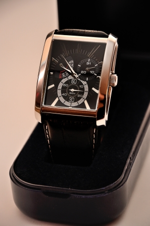 luxsury man s wristwatch in box photo