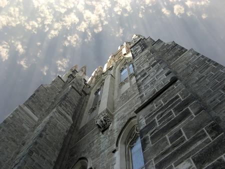 Perspektywy Wyświetl Historycznych Kościoła i Sunrays Chmury
