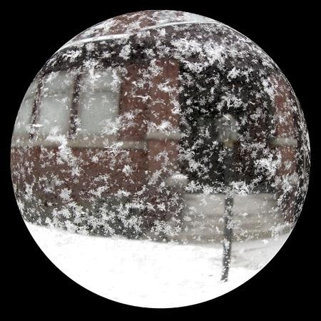 Widok na drzwi wejściowe za pomocą szklanej kuli śniegu
