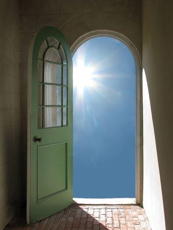 Kolebkowaty otwarcie drzwi na błękitne niebo z Sun strumieniowej w