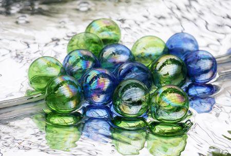 Kolorowe szkło pęcherzyki w wodzie odbicie w lustrze
