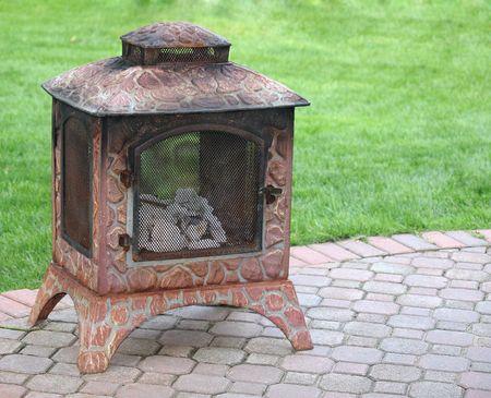 Ognisko na podwórku zielone patio z trawy i copyspace