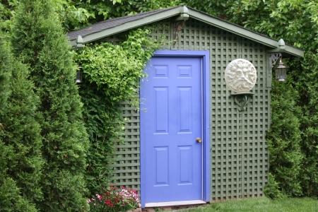 Zielony ogród z kurnika purpurowe drzwi i słońce rzeźba Zdjęcie Seryjne