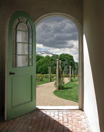 Łukowe Drzwi do pochmurno Rose Garden