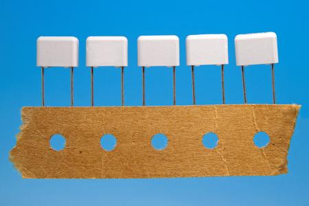 transistor: Thru agujero de montaje de condensadores sobre un fondo azul