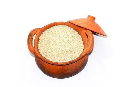 olla barro: arroz de grano en olla de barro Foto de archivo