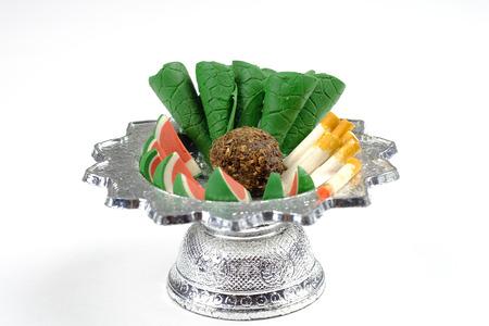 sacrifice: alimentos escultura en bandeja para el sacrificio al espíritu errante Foto de archivo