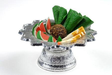 sacrificio: alimentos escultura en bandeja para el sacrificio al espíritu errante Foto de archivo