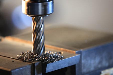 加工機で鋼板を加工処理します。 写真素材