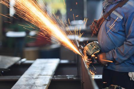 piastra acciaio: Operaio in lamiera di acciaio preparazione a mano rettificatrice Archivio Fotografico