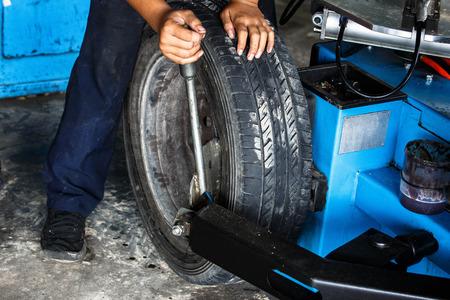 Remove tyre with tyre changer machine Standard-Bild