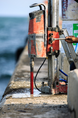 Coring drill concrete at port for peparation anchor bolt Standard-Bild
