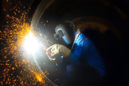 welder cut steel sleeve with carbon arc gouging process Standard-Bild