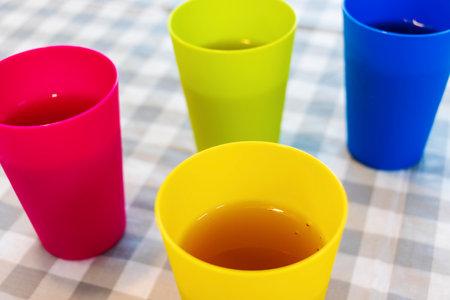 用五颜六色的杯子盛着冷饮