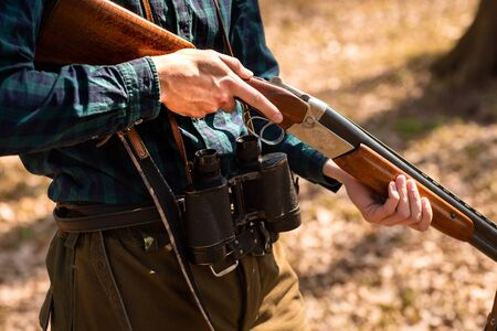 Close-up of a man holding weapons in the woods. Stockfoto
