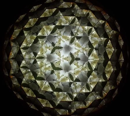 prisma: Reflexi�n Dentro Espejo Tri�ngulo Prisma Foto de archivo