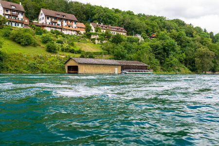 Hermosa vista del río Rin en turquesa, en la fuente en Suiza, justo detrás de la cascada más grande de Europa.