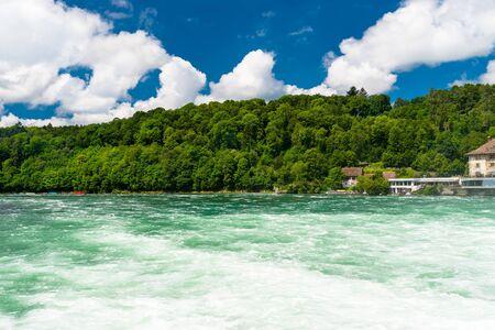 Schöne Aussicht auf den Rhein in Türkis, an der Quelle in der Schweiz, gleich hinter dem größten Wasserfall Europas.