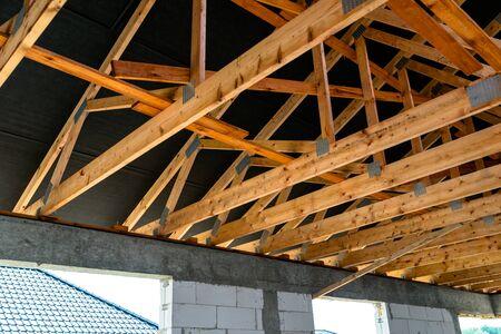 Fermes de toit recouvertes d'une membrane sur une maison individuelle en construction, éléments de toiture apparents, voliges, contre-lattages, chevrons.