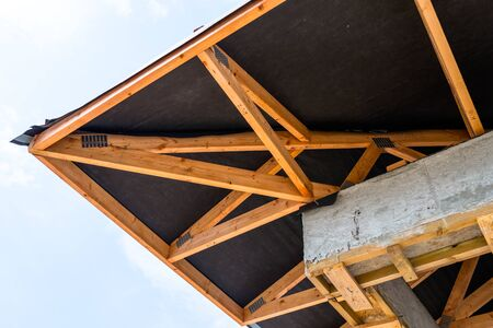 Capriate del tetto ricoperte da una membrana su una casa unifamiliare in costruzione, elementi di copertura a vista, listelli, controlistelli, puntoni. Archivio Fotografico