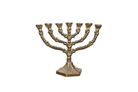 Ein jüdischer siebenzackiger Kerzenständer, der während des Chanukka-Festes verwendet wird, isoliert auf weißem Hintergrund mit einem Beschneidungspfad.