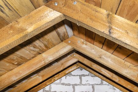 Roof made of rafter-type roof truss, close-up view from the inside, wooden roof. Standard-Bild