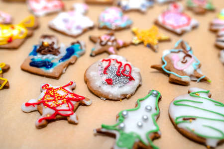 Hand decorated baked gingerbreads of various shapes, arranged on baking paper. 版權商用圖片