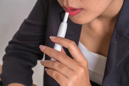 使用して、実際のタバコの喫煙者喫煙ハイブリッド無煙たばこデバイスのリフィル、アナログで電子タバコのハイブリッド技術。