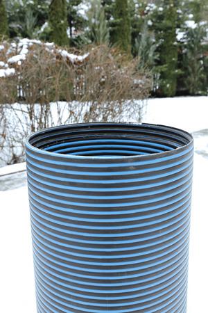 kunststoff rohr: Kunststoffrohr-Reparatur Schachtring auf dem Schnee