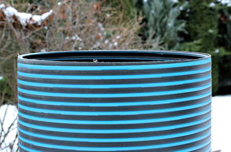 kunststoff rohr: Kunststoffrohr-Reparatur Schachtringleitung auf dem Schnee Lizenzfreie Bilder