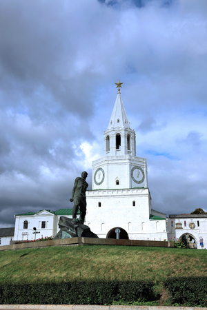 kazanskiy: KAZAN, RUSSIA - SEPTEMBER 16, 2014: Spasskaya Tower of Kazan Kremlin and monument to Musa Jalil in Kazan Editorial