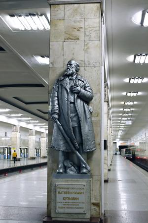 partisan: MOSCOW, RUSSIA - MAY 7, 2016: Monument to the Hero of the Soviet Union Matvei Kuzmin in Moscow metro station Partizanskaya Editorial