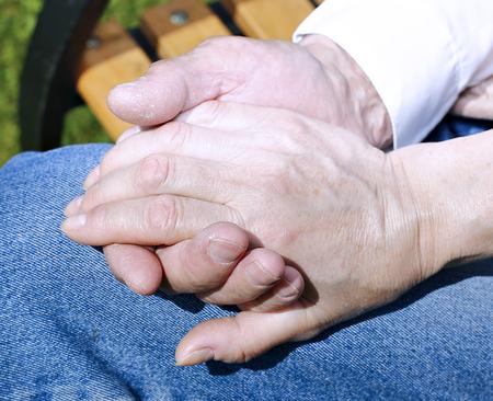 relaciones laborales: Las palmas de las manos arrugadas de una explotación del hombre de edad avanzada mano femenina