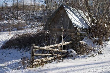 冬の放棄された小屋