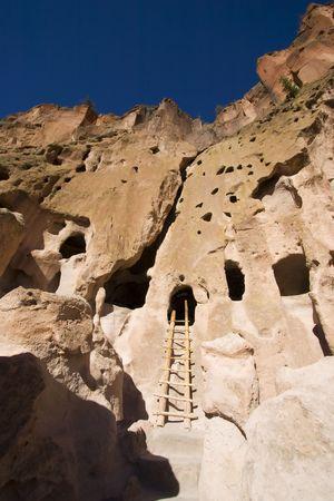 talus: Cueva de viviendas en New Mexico Bandelier cerca de Santa Fe