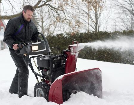 冬操作の雪の送風機を男します。 写真素材