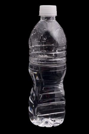 agua purificada: botella pl�stica de agua aisladas sobre fondo negro