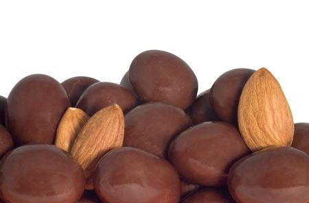チョコレート覆われたアーモンドとアーモンドの白い背景で隔離