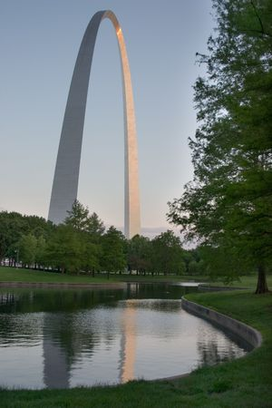 St Louis Gateway Arch from nearby park 에디토리얼