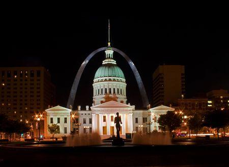 夜にはバック グラウンドでアーチ St Louis オールド コート ハウス