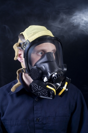 elementos de protecci�n personal: el hombre llevaba respirador o una m�scara de gas mientras expuestos a gases t�xicos o humo Foto de archivo