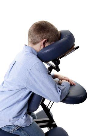 マッサージチェアに座っている若い男の子のクローズ アップ