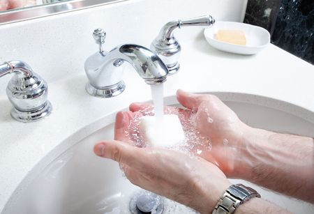 浴室の流しの石鹸で洗われる手のクローズ アップ